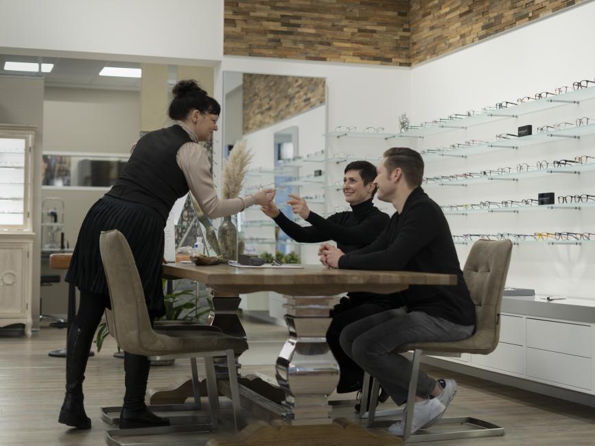 Ramona Schäfer mit Kunden im Geschäft